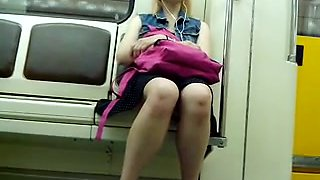Sexy legs im metro 14 Sexy Beine in der U-Bahn 14