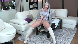 Mature's pantyhose tease
