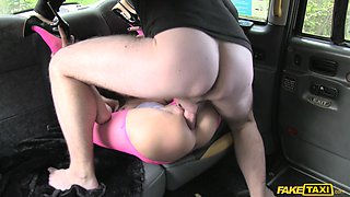 Flexible body Valentina Bianco wants to show her sexual skills in the car