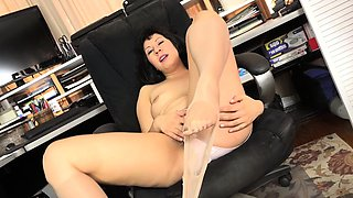American milf Vivi takes care of her hungry hairy pussy