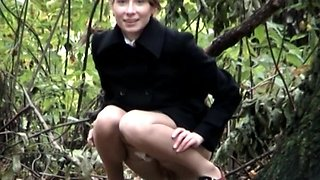 Blonde girl candid pussy view while pissing outdoor